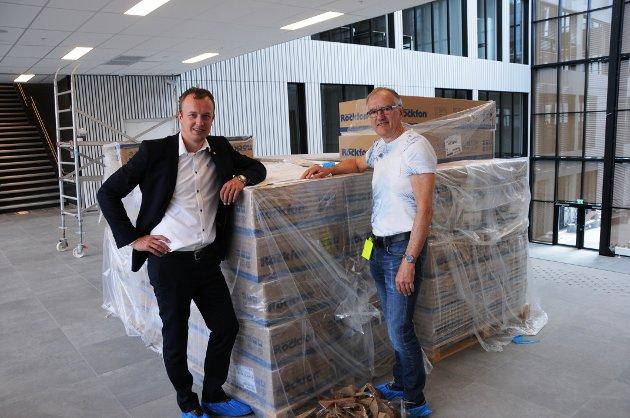 PÅ PLASS: Den siste uka har det kommet mye materiell som skal benyttes på Skien videregående. Sven Tore Løkslid - fylkesordfører og Roger Jeffs - brukerkoordinator har oversikten.