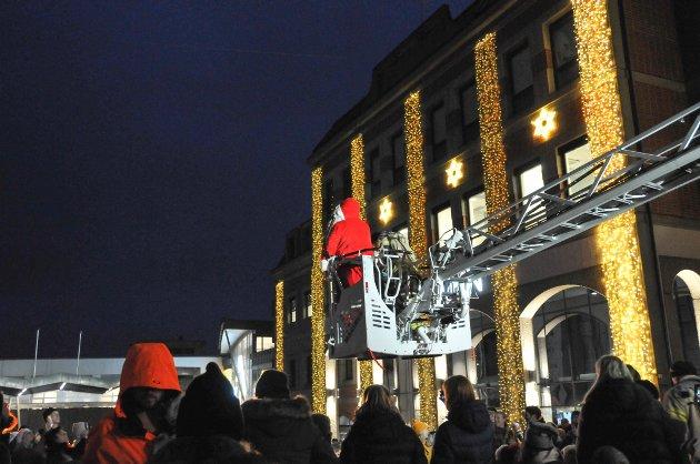 POPULÆR: Julenissen er populær hos barna, og her er han på vei ned til Handelstorvet.