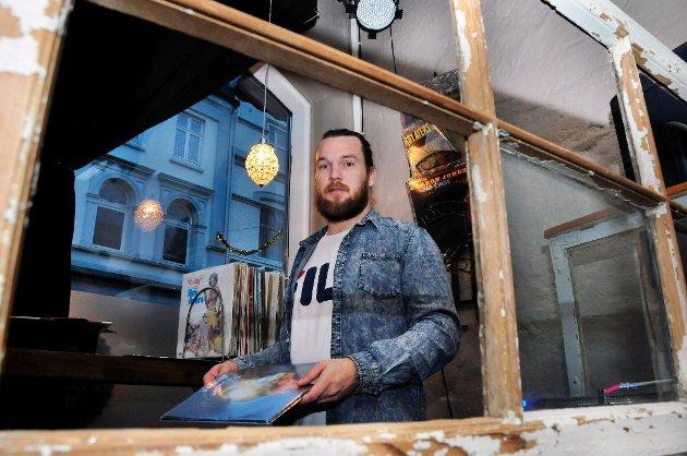 MOT SLUTTEN: – Vi tar med oss romjula, og så stenger vi dørene for godt den siste helgen i desember, sier Aleksander Stensrød Andersen ved Folque kafé.