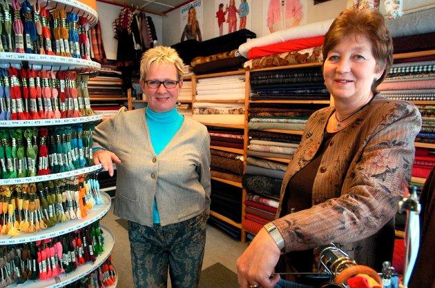 SISTE DAG: Gro Solberg og Aashild Syftestad har drevet Husqvarna-butikken i Notodden sentrum i 40 år sammen. Nå takker de for seg og har solgt butikken. Dette bildet er fra 2013.