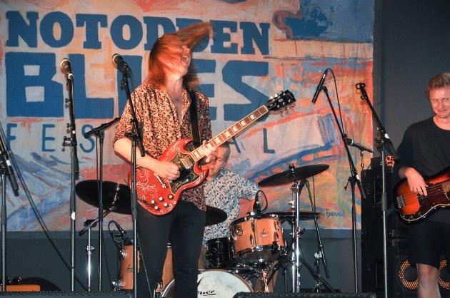 GITARSOLO: Jens Fjelle dro i gang en gitarsolo og fikk virkelig publikum med under torsdagens konsert.