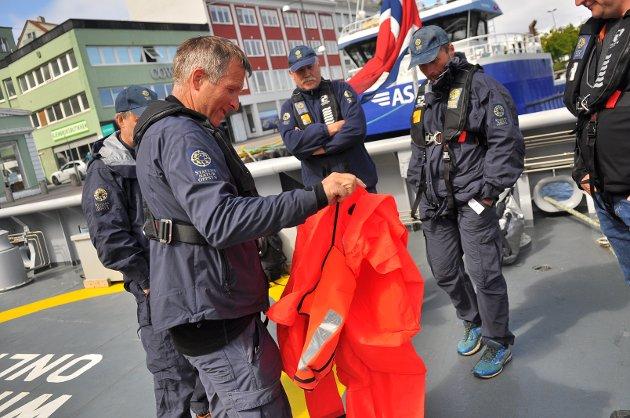 Olav Inge Edvardsen har nettopp pakket ut drakten han har liggende ombord i «Måken». Nå skal den prøves og testes.