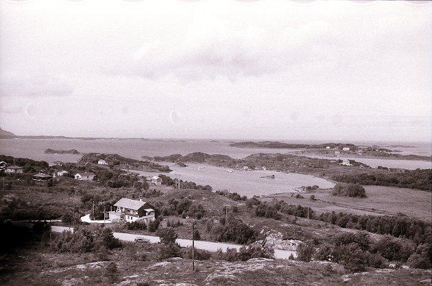Slik så det ut fra Averøy mot Eide før Atlanterhavsveien ble bygget. Tanken om vei over holmene mellom Vevang i Eide og Kårvåg i Averøy var på ingen måte nye. Allerede i 1916 ble det prosjektert en jernbanetrase her, som førte helt fram til Kristiansund. Bruselskapet Atlanterhavsveien AS ble stiftet i 1972.