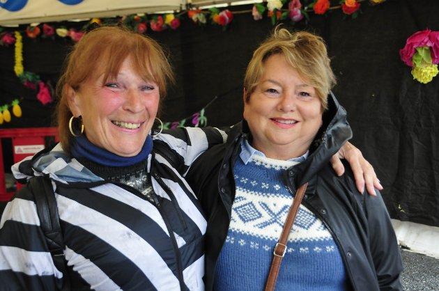 Kirsti Svorkås og Else Rønning fra Trøndelag er på tahiti-festivalen for første gang. De skal få med seg flere ting på Nordmøre mens de er her. - Vi gleder oss som bare det! Vi har ønsket å komme hit i mange år. Vi kom i dag på Thon, og ar tatt med oss godt med klær. Vi kom hit med Sundbåten, og skal en tur til Grip senere!