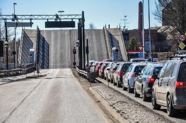 PROBLEM: Hver gang det blir problemer i nerven mellom Nøtterøy og Tønsberg oppstår køer, problemer og engstelser. Det er derfor ny fastlandsforbindelse har vært tema i over 30 år, skriver Pål Ese.