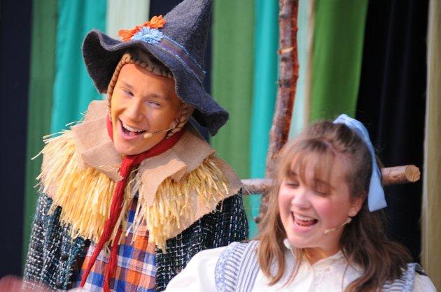 Emilie Ødegaard Sæthre som Dorothy og Jakob Blix-Nilsen som fugleskremselet