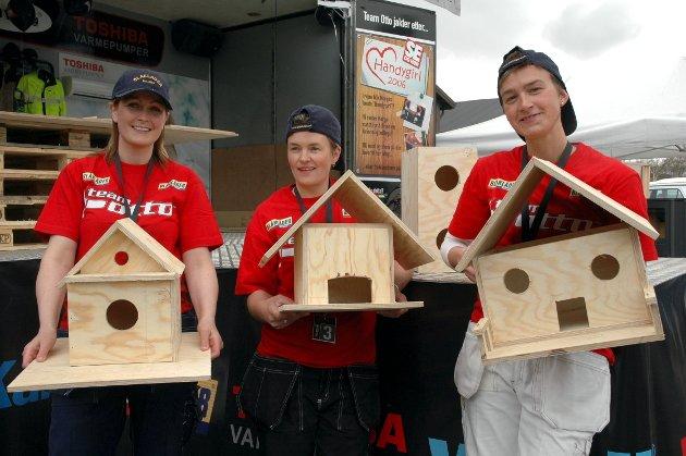 """Ferdige fuglehus: TV-kjendisen Snekker-Otto var på veien i 2006, og på Røros konkurrerte disse tre om tittelen """"miss Handygirl"""". Oppgavene var flere, som å bygge et fuglehus. Til slutt var det Siw Brean (t.v.) som stakk av med tittelen. I midten er Elin Ryen og Tove Strickert til høyre."""