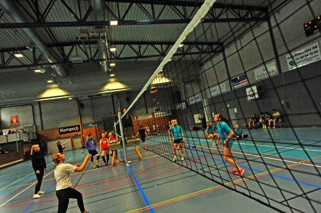 3-klasse idrettsfag på Ås VGS arrangerer inviterte 6. februar alle videregående skolene i Follo til volleyballcup i Ås hallen.  Hver skole deltok med et jentelag, et guttelag, og et mixlag, minimum 6 spillere per lag. – Turneringen er en del av faget idrettsledelse og blir arrangert som en del av undervisningen, forteller Hege Darell, Eirin Øseth og Astrid Grimstad fra arrangørene.  Foruten kampene må elevene sørge for alle tilleggsaktiviteter og tjenester, fra kioskdrift, til  PR og informasjon mot skolene, dommere, speaker i hallen og kampoppsett.