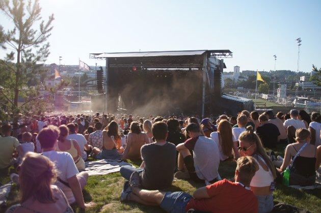 Bading, øl-kø og avslapning på kollene skapte stemningsfull åpning av Kadetten-festivalen.