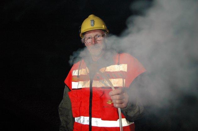 Samferdselspolitikaren: Knut Reinset fekk æra av å fyre av den siste salva i Skrøotunnelen klokka 13.05 torsdag 30. november 2006. På denne tida var han også ordførar i Sunndal.