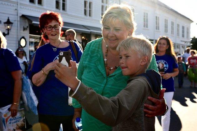Erna Solberg da hun besøkte Risør trebåtfestival i 2017.