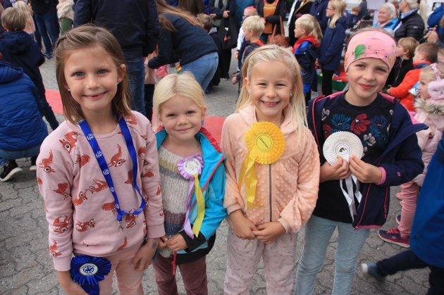 Fire blide jenter som akkurat har fått sløyfer fra rideklubben i Risør.