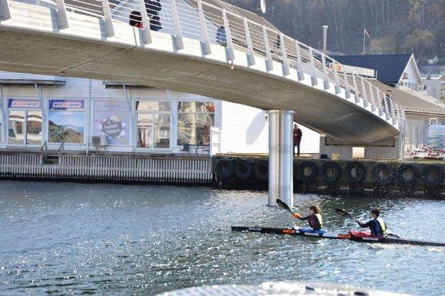 Kunsten på gangbroen er en hyldest til kajakkmiljøet i Flekkefjord.