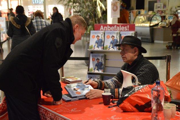 Øystein Kvamme (39) frå Alversund kjøpte to bøker til morsdagen.