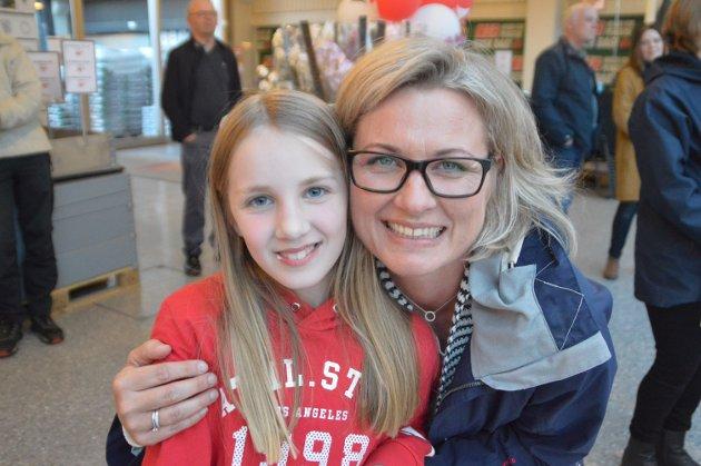 Elisabeth Gjærsøe saman med Nora Gjæsøe Lædre frå Io.