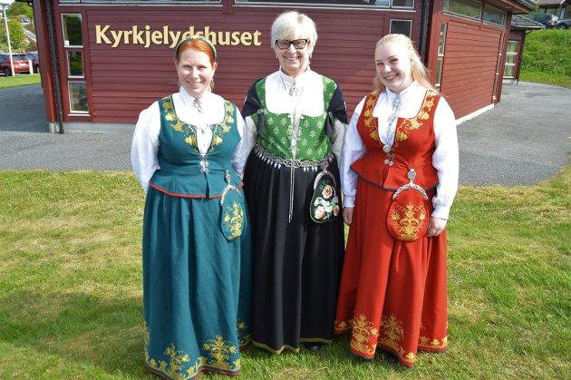 Henriette Valland med Romeriksbunad, Ellen Evje med Østfoldbunad og Sara Oline Valland med Romeriksbunad.
