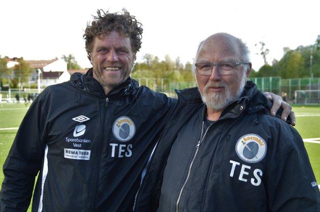 Dagleg leiaren til Kvernbit IL Trond Egil Soltveit saman med Svein Arne.  – Han er både høgre og venstrearmen min, seier Soltveit om Svein Arne.