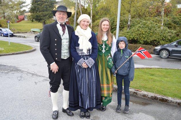 Hans Kristian Dolmen, Kjersti Isdal, Anna og Peder Isdal Dolmen. – Her er det ekte 17. mai-stemning.