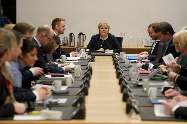 Tallene som kommer frem i TBUs foreløpige rapport bør bekymre statsminister Erna Solberg. Her leder hun et møte i rejgeringens kontaktutvalg for partene i arbeidslivet tidligere denne måneden. Temaet var de økonomiske utsiktene og lønnsoppgjøret.