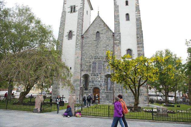– Som eg stod der, vart klokkekiminga som ein veg attende gjennom hundreåra – for Bergen har lang historie som pilegrimsby. I over 350 år, skriv Oddny Miljeteig. Ho reiste på pilegrimsferd til Spania. – Seinare har eg tenkt: Kvifor i all verda ville eg til ein katedral i Nord-Spania og takka for livet, når Bergen er full av kyrkjer? FOTO: MAGNE TURØY