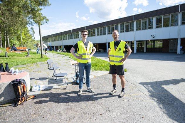 Magne Hjermann (t.v.) og Andreas Tøsdal (t.h.) er streikevakter ved Ortun skole, hvor lærere er tatt ut i streik. Elevene ved skolen er blant rundt 9000 barn i Bergen som er rammet av streiken. FOTO: EMIL WEATHERHEAD BREISTEIN