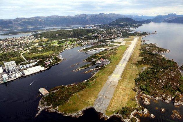 Sp har fått flertall for at fylkespolitikerne ikke skal blande seg inn kjøp av FOT-ruter. Bildet viser Florø lufthavn. FOTO: FIRDAPOSTEN