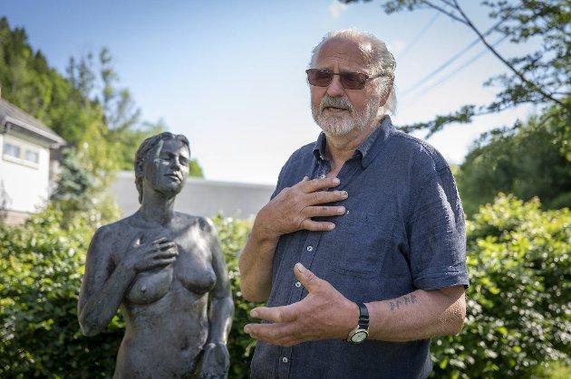 Mæland legger ikke skjul på at han er glad i kvinner. – Denne damen kom flere ganger syklende forbi under et symposium, og til slutt måtte jeg bare spørre om hun ville stå modell. Skulpturen har jeg valgt å kalle  «Stillheten».