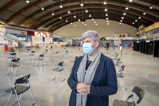 – Å sette vaksiner kan man gjøre hvor som helst, men man kan ikke stå på skøyter hvor som helst, skriver innleggsforfatteren. På bildet er helsebyråd Beate Husa (KrF).FOTO: EMIL Weatherhead BREISTEIN