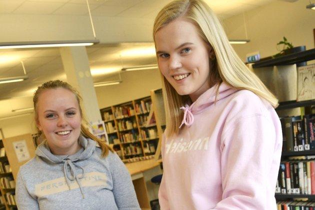 Valgresultatet: Stina Vinnord (t.h.) har programfaget politikk og menneskerettigheter, og hun har studert resultatet fra skolevalget på Rosthaug videregående skole. Hun og klassevenninnen Marina Ellefsen gleder seg til de blir 18 år og kan stemme.