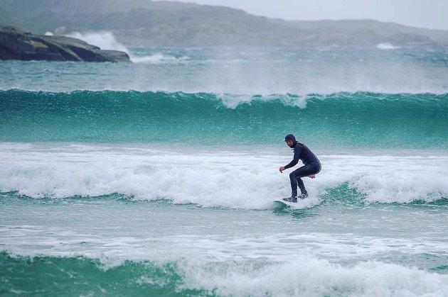 ARCTIC SURFING: Gode surfeforhold på Skadbergsanden.