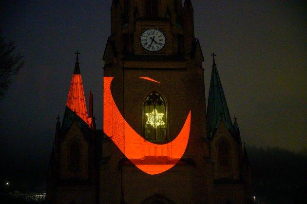 SNART JUL: Byen Vår Drammen arrangerte lysshowet for å markere avslutningen på julemarkedet.