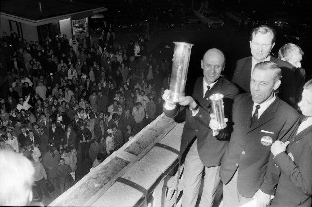VILL JUBEL: Det var tusenvis av fremmøtte da SIF kom tilbake etter cuptriumfen. Med den store «bøtta» til høyre trener Einar Larsen og ved siden av han fotballoppmann Aage Hanstein Jensen på verandaen til Børsen.