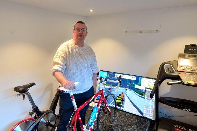 Edvard Løkketangen tar som oftest øktene på sportssykkelen. Når været eller årstidene byr på utfordringer, tar han øktene inne.