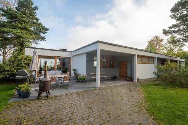 MID CENTURY MODERN: Villa Utsikten er et typisk mid century modern-hus med flatt tak, store vindusflater som slipper hagen inn og rene linjer.