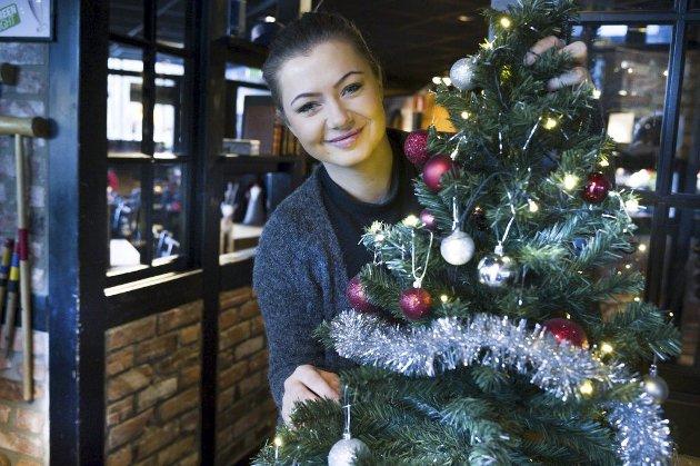 En god jul: Nejra Osmic (23) fyller restauranten med gjester og hjertevarme på julaften.