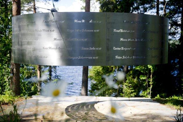 69 navn: Kronikkforfatter Unni Espeland Marcussen er i dag på Utøya, og vil kunne finne navnet til sin datter Andrie på det nye minnesmerket.Foto: Jon Olav Stende Nesvold, NTB SCanpix