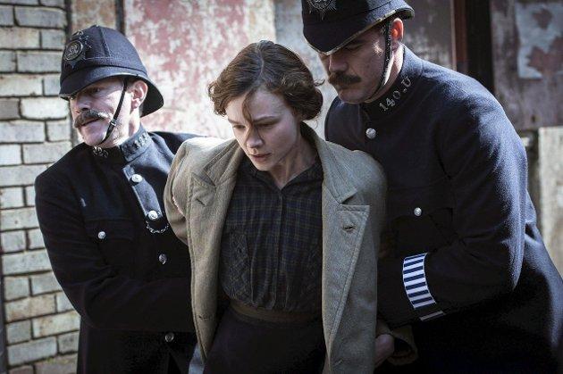 ARRESTERT: Maud Watts (Corey Mulligan) blir arrestert mer enn en gang for sin kamp for kvinners rettigheter.Foto: FILMWEB.NO