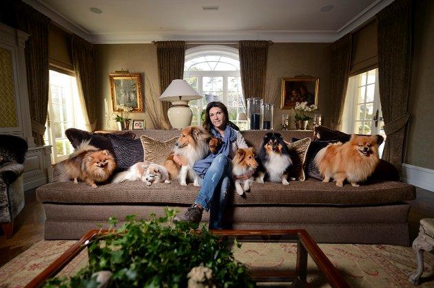 Mariann Svitsem Høili med egne hunder i sofaen på Høili Gods på Kråkerøy. Samtidig er tankene fylt av herreløse spanske hunder  og en rekke andre saker der dyr lider på grunn av den behandlingen mennesker gir dem.