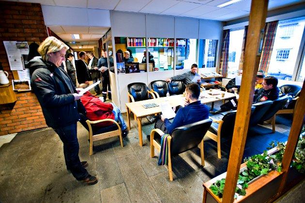 Fra konflikten i 2009: De ansatte ved brannstasjonen har nettopp mottatt beskjeden om at daværende leder ved brannstasjonen trakk seg. Tillitsvalgt i brannkorpsforeningen, Ole-Petter Jervell Hansen, står til venstre.