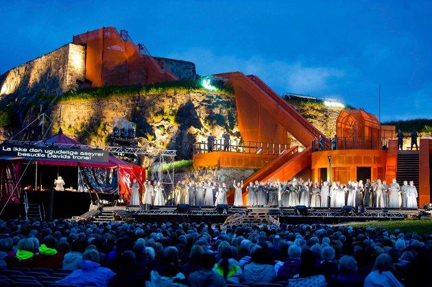 Verdis Nabucco fremført i mektige omgivelser på Fredriksten festning i 2013. Men arrangøren får mindre støtte enn andre distriktsoperaer i Norge.