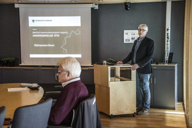 Rådmann Ole Petter Finess og daværende kommunalsjef Roy Jakobsen da kontrollutvalgets rapport ble lagt frem.
