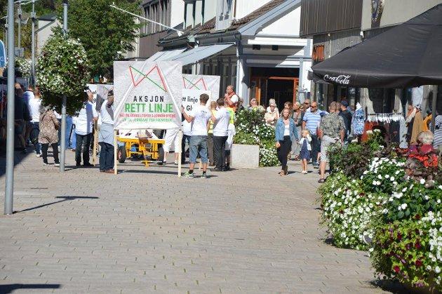 DEMONSTRERTE: Aksjon Rett Linje på plass i gågata under demonstrasjon for sin trasé for dobbeltsporet gjennom Østfold en lørdag i august.