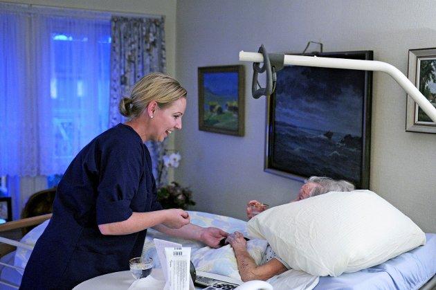 Flere heltidsstillinger vil gjøre det lettere for Fredrikstad å skaffe sykepleiere, mener sykepleierforbundet. På bildet ser vi Kathrine Vanberg i hjemmesykepleien gi medisiner under ett av sine besøk.