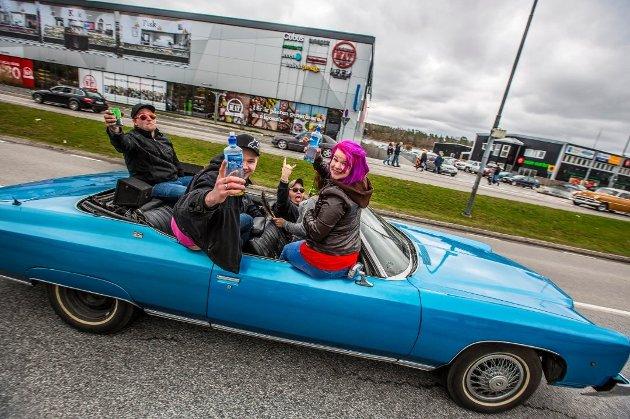 Strømstad skjærtorsdag 2017: Bil etter bil med festglade ungdommer som råner sakte gjennom gatene