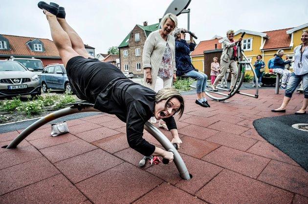 En sporty kommunalsjef Nina Tangnæs Grønvold demonstrerte hvordan man kan få fullt utbytte av treningsparken under åpningen i juni i fjor. Nå forteller Jan Erik Utberg at ikke alt i parken er som beboerne på eldresenteret ønsker.