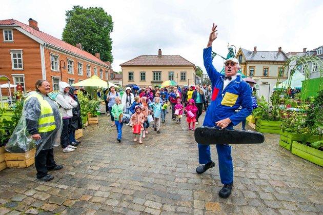 Festival og kulturmiljø: Bildet viser innslag med Månebarna på et festivalpyntet torv for to år siden.