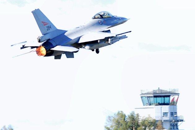 F16-flyene forsvant fra Rygge ved århundreskiftet. Hans Ek kan ikke se at Rygge i dag tilfredsstiller kravene til  deployeringsbase (spredningsbase), verken for nye F35 eller utenlandske kampflyskvadroner.
