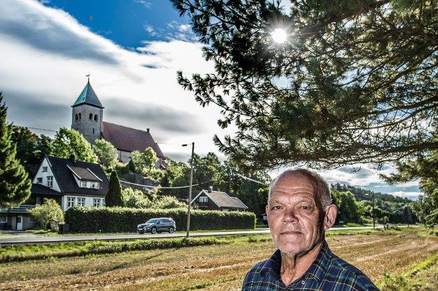 Frykter kraftlinjene: Leif Holt, leder i Fredrikstad kirkelige fellesråd, frykter å få ruvende kraftmaster ved Kråkerøy kirke, het det i en artikkel i FB for ett år siden. Nå har Olje- og energidepartementet gitt klarsignal for denne løsningen, men åpner samtdig for jordkabel der kommunen må være med å betale.