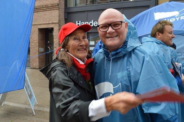 ENIGE OM ÉN TING: Om de er uenige om politikken, er Frøydis Wroldsen (Ap) og Bengt Morten Wenstøb (H) enige om at klemmer er godt å få i valgkampen.