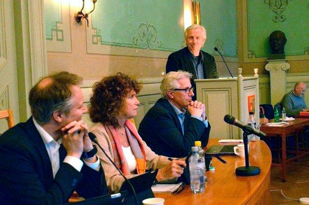 Isfront: Isfronten mellom Henning Aall (som her forsøker seg på bystyrets talerstol igjen under torsdagens møte) og ordfører Jon-Ivar Nygård har vært påtagelig den senere tid. Det kan slå tilbake som en bomerang på Ap neste høst.